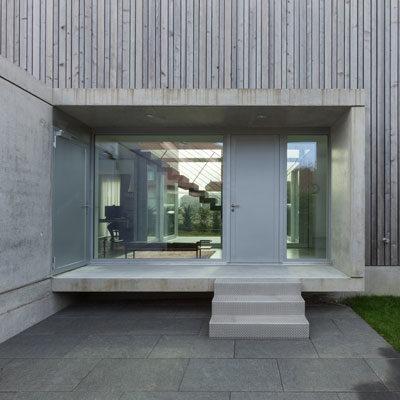 Einfamilienhaus Treppe Detail Eingang aus Beton und Holz Architekten Kleinknecht Leipzig